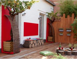 decoration-terrasse-bois-accessoire-jardin-rouge5