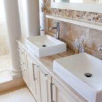 un ou deux lavabos dans la salle de bain